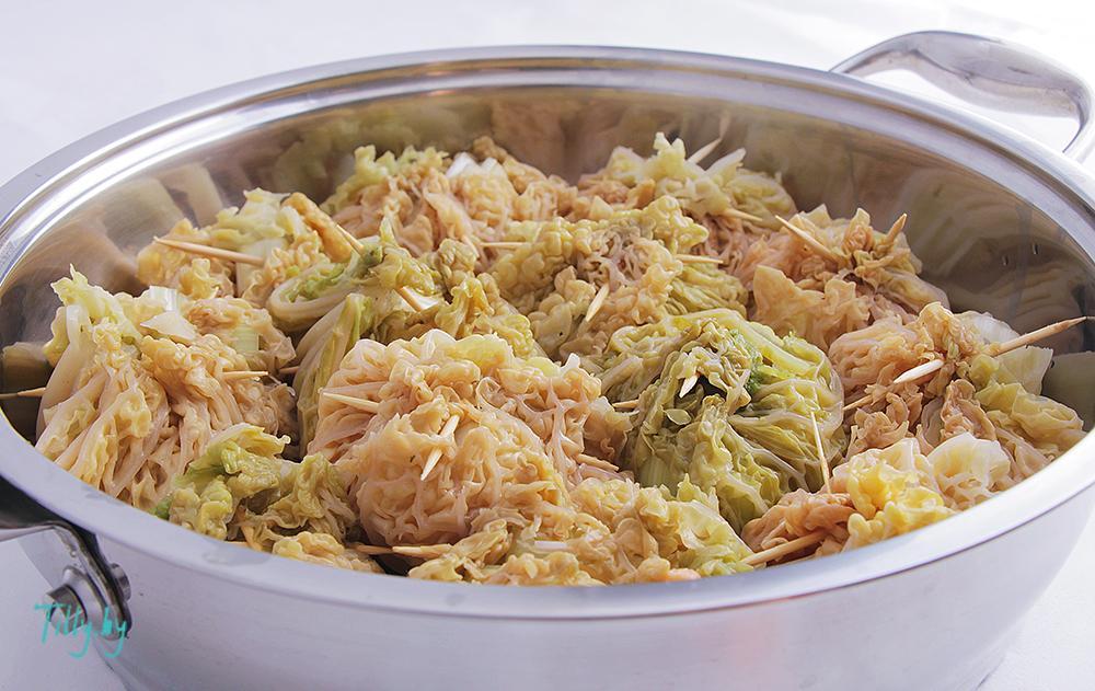 Готовое блюдо рыбы в савойской капусте