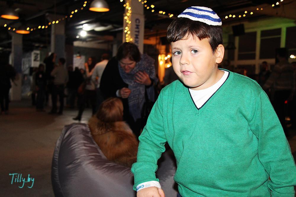 Еврейский мальчик на празднике Сити Ханука
