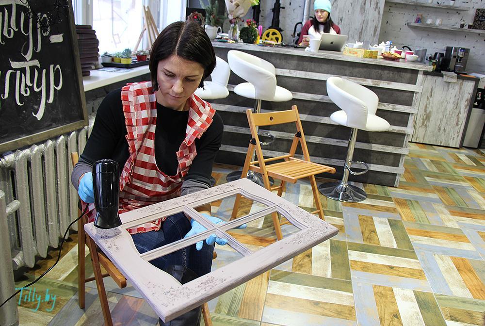 Участница мастер-класса сушит краску на окошке