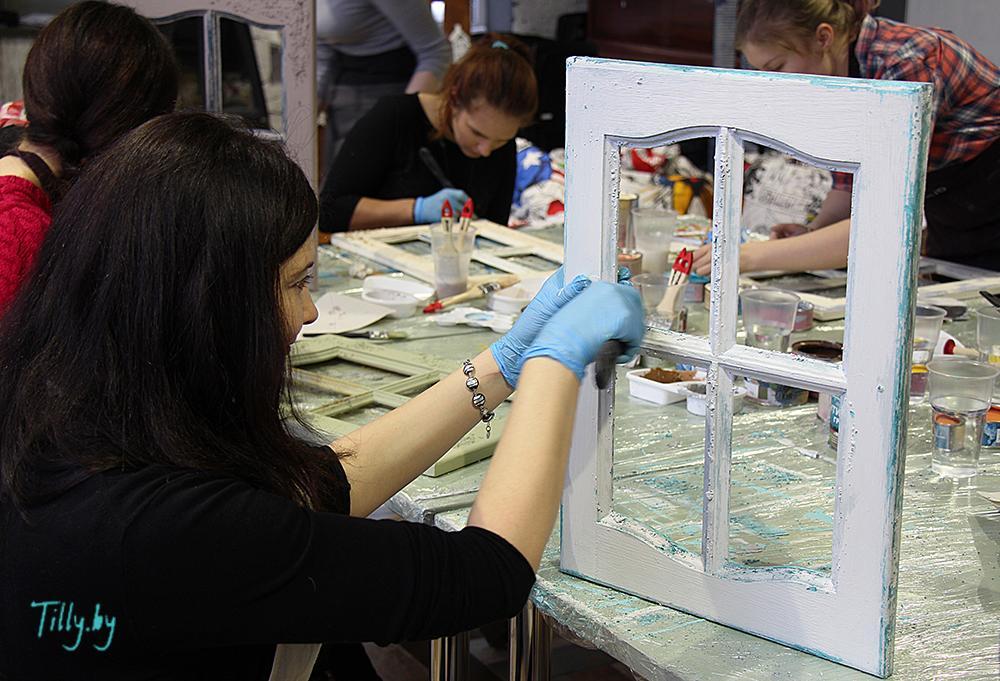 Наталья Миракле подчищает окошко на мастер-классе по декорированию