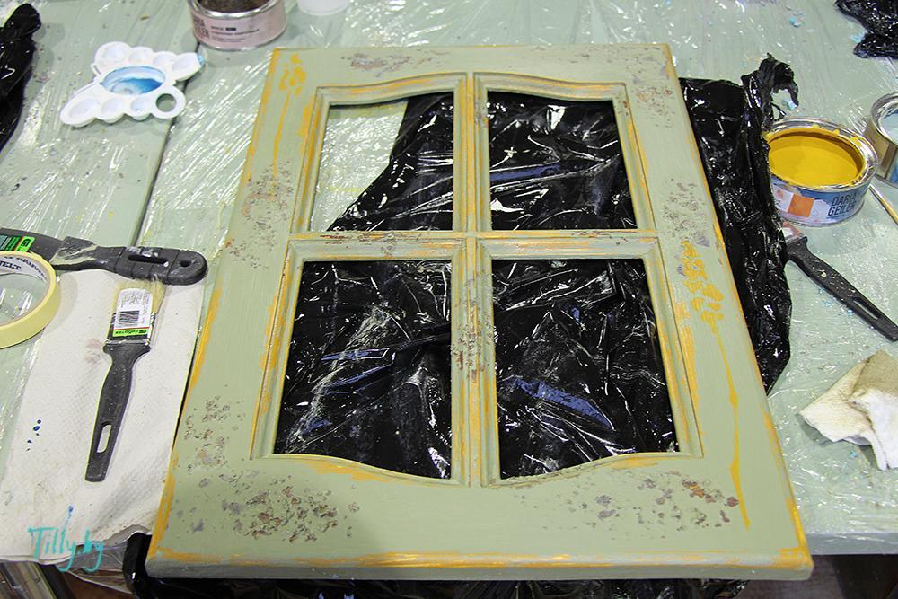 Декорированное окошко в оливковых тонах