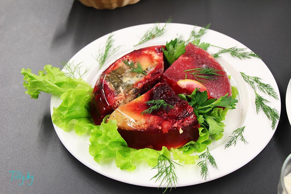 Подача блюда из карпа на конкурсе кулинаров
