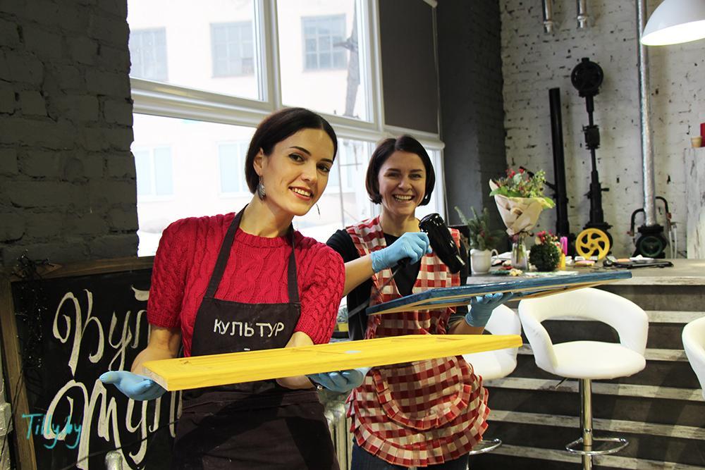 Участницы мастер-класса по декорированию окошка